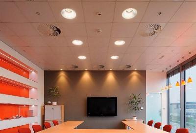 Потолок Армстронг в переговорной комнате